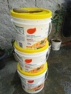 Aprenda a fazer uma composteira caseira reutilizando baldes de margarina                                                                                                                                                                                 Mais