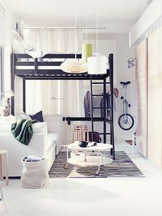 """Wird die Schlafstätte beim Einrichten in die Höhe verlegt, lässt sich der Raum darunter zum Sitzen, Relaxen oder Arbeiten nutzen.  (Hochbett """"Storå"""", ca. 239 Euro, Ikea)"""