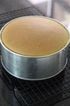 If you want a sponge cake not using water bath method, smooth top, minimal shrinkage and light, this is the recipe. I still prefer to use . Pandan Chiffon Cake, Pandan Cake, Asian Desserts, Sweet Desserts, Fun Cupcakes, Cupcake Cakes, Poke Cakes, Layer Cakes, Ogura Cake