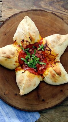 Meat Lovers Star Pizza A star is born with this star-shaped pizza filled with cheese and Italian sausage with pizza sauce, pepperoni and more at its center. Pizza Recipes, Dinner Recipes, Cooking Recipes, Healthy Recipes, Star Pizza, Cooking Tv, Good Food, Yummy Food, Think Food