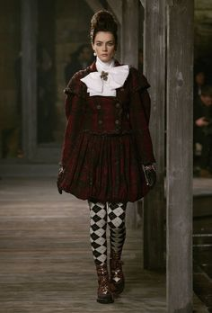 Chanel Metiers d'Art Pre-Fall 2013 at Linlithgow Palace Catwalk Fashion, Vogue Fashion, Fashion Week, High Fashion, Fashion Show, Fashion Design, Style Fashion, Marie Claire, Designer Tights