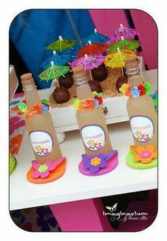 Completa la decoración de tu fiesta temática hawaiana con esta idea. Utiliza comida y fruta para crear una mesa de colores exóticos. #party #hawaiana