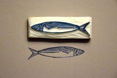 Like this sardine - a number of cards from fish .-Wie diese Sardine – könnte eine Reihe von Karten von Fischen x tun Like this sardine – could do a number of cards of fish x - Stamp Printing, Printing On Fabric, Stencil, Eraser Stamp, Small Drawings, Stamp Carving, Handmade Stamps, Linoprint, Fish Art