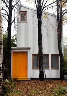 Low Budget House / Le Atelier Small Buildings, Orange Door, Tiny Houses, Little Houses, Moscow Russia, Low Budget House, Home Budget, Metal Siding, Guest Cabin