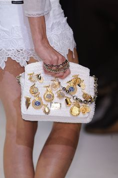very chic bag Moda Afro, Dolce And Gabbana Handbags, Potli Bags, Altering Clothes, Beaded Bags, Crochet Purses, Vintage Purses, Knitted Bags, Beautiful Crochet