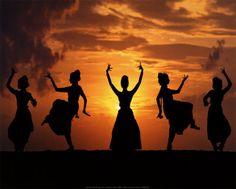 BOLLYWOOD O DANZA DELLE EMOZIONI è un ballo che unisce i movimenti della danza indiana a quelli di flamenco, hip hop e jazz.