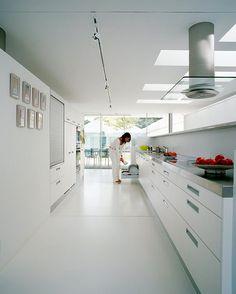 Villa Aus Beton Und Glas Am Genfer See: Weiße Küche Mit Edelstahl