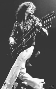 Jimmy Page - Led Zeppelin 1975 Jimmy Page, Classic Blues, Classic Rock, Robert Plant, Rock And Roll Bands, Rock N Roll, Great Bands, Cool Bands, The Yardbirds