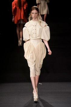 Hexa by Kuho S/S 13 - Gorgeous structure, perhaps a contemporary reflection of 18th century fashion