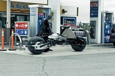 23 benzinkúton készült fotó, amire nincs megfelelő jelző Mit tankolsz Batman? Denevéreset?
