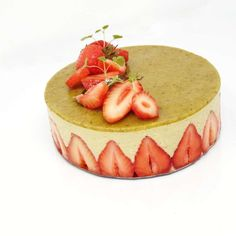 Recette du fraisier à la pistache — maPatisserie.fr Bon Dessert, Cooking Recipes, Healthy Recipes, Healthy Food, Küchen Design, Biscuits, Cheesecake, Birthday Cake, Sweets