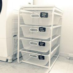 女性で、3LDKのいいね!100越えありがとうございます♪/収納/白黒/モノトーン/IKEA…などについてのインテリア実例を紹介。「IKEAのアルゴートメッシュバスケットで、洗濯物を分けています。以前は何個も洗濯カゴを置いていたのでこちらは省スペースだし、洗濯機に入れる時もすでに分けてあるので便利です!夫にもわかるようにプラ板でタグをつけました。」(この写真は 2014-06-12 12:37:07 に共有されました)