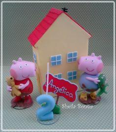 Topo de bolo confeccionado em biscuit contendo a Peppa e seu ursinho ted, George e seu dinossauro, vela com nome da aniversariante e casa.    A altura da casa é de 16cm e dos personagens 9cm. R$ 160,00