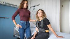Onlangs studeerde Alissa Rees (l) af als ontwerper aan de Design Academy in Eindhoven, met haar IV-Walk, de draagbare infuuspaal.
