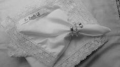 Guardanapo de tecido com renda . <br>Guardanapo em tecido 260 fios toque acetinado,com renda de algodão 5 cm nas bordas. <br>medida total da peça 53x53 cm