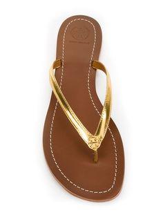 Compre Tory Burch Chinelo de couro com logo. Bling Sandals, Toe Ring Sandals, Cute Sandals, Women's Shoes Sandals, Shoe Boots, Mules Shoes Flat, Metallic Flip Flops, Leather Flip Flops, Fashion Sandals