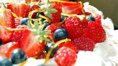 Pavlova i mai-farger fra Lise Finckenhagen og NRK Mat. Frisk, Pavlova, Different Recipes, Let Them Eat Cake, Fruit Salad, Sweet Recipes, Favorite Recipes, Sweets, Baking