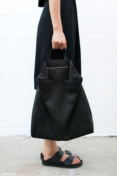 all black birkenstock sandels and leather bag Moda Fashion, Fashion Bags, Fashion Accessories, Womens Fashion, Net Fashion, Fashion Outfits, Minimalist Wardrobe, Minimalist Fashion, Capsule Wardrobe