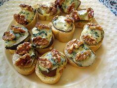 Toastjes met peer, blauwe kaas en walnoten
