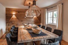 Gediegenes Esszimmer mit exklusiven Möbeln Altholz Wand und Esstisch aus Massivholz                                                                                                                                                                                 Mehr