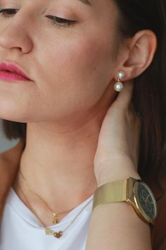 How to style pearl earrings. White T, Gold Watch, Gold Jewelry, Minimalism, Pearl Earrings, Vogue, Ootd, Michael Kors, Pearls