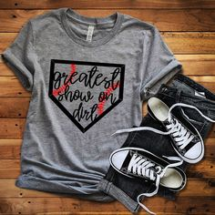 Baseball truly is the greatest show on dirt! If youre a fan like I am, this is a must have for your Baseball Cup, T Shirt Baseball, Baseball Uniforms, Softball Shirts, Baseball Shoes, Softball Mom, Sports Shirts, Baseball Stuff, Baseball Live