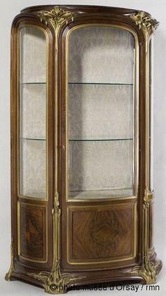 Louis Majorelle Orchidées vers 1905 vitrine : acajou massif mouluré, acajou plaqué, bronzes ciselés et dorés H. 2.19 ; L. 1.39 ; P. 0.58 mus...
