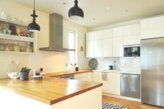 Vuonna 2007 valmistuneen omakotitalon keittiöön kaivattiin pientä päivitystä. Ajat ja tyyli muuttuvat, ehkä omat ajatuksetkin ja tykkäämisen kohteet.    House2 kotikäynnillä todettiin kaiken olevan vielä varsin hyvässä kunnossa. Alkuperäiset kalusteet olivat myös House2tuotteita.Kodinkoneista kylmälaitteet ja astianpesukone oli päätetty vaihtaa. Samalla haluttiin keittiöön uutta tyyliä ja tunnetta. Haluttiin myös pieniä teknisiä parannuksia, kuten roskien tarkempi lajittelu.    Keittiö oli…