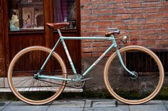 Fantastic update of a 40s frame, with nice wooden grips, subtle gearing (internal) and classy dynamo headlamp.