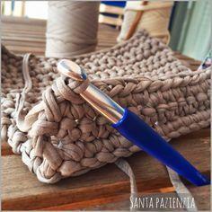 El súper tutorial Foto a Foto que estábais esperando. Cómo hacer un bolsazo de Trapillo : Santa Pazienzia Crochet Food, Crochet Bear, Love Crochet, Learn To Crochet, Crochet Birds, Crochet Animals, Crochet Stitches, Crochet Patterns, Crochet Granny Square Afghan