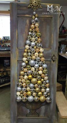 great christmas craft using old vintage wood door - Primitive Christmas Crafts