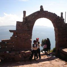Portico con vista al Lago Titicaca con niños pobladores de la isla de Taquile