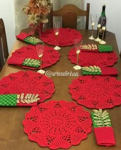Vintage granny square christmas tree free crochet pattern v Crochet Table Mat, Crochet Placemats, Crochet Dishcloths, Crochet Doilies, Crochet Flowers, Christmas Crochet Patterns, Holiday Crochet, Crochet Home, Free Crochet