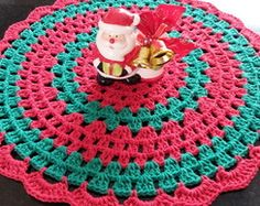 Sousplat em crochê para o Natal Doily Patterns, Crochet Patterns, Crochet Table Runner, Christmas Decorations, Holiday Decor, Learn To Crochet, Crochet Doilies, Crochet Projects, Weaving