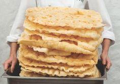 """Esse é um biscoito de polvilho super famoso e ele é assim feito em """" placas """" então veja agora, passo a passo! INGREDIENTES 200 g de água 200 g de óleo 500 g de polvilho azedo 10 g de sal 20 g de açúcar 1 ovo 125 ml de leite sal grosso COMO FAZER BISCOITO DE … No Salt Recipes, Other Recipes, My Recipes, Cooking Recipes, Favorite Recipes, Polenta, Bruschetta, Love Food, Cookies"""