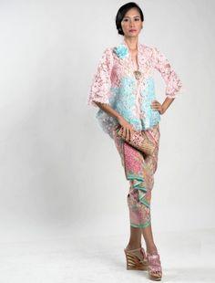 Model Kebaya Wisuda Anne Avantie Dua Warna Kencana Pink