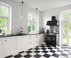 Clean, black and white kitchen. New Kitchen, Kitchen Dining, Kitchen Decor, Kitchen Cabinets, Country Kitchen, House Of Philia, Modern Farmhouse Kitchens, Home Kitchens, Living Etc