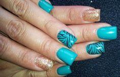 Diseños de uñas Shellac pintadas, diseños de uñas shellac rayas.   #uñasdemoda #decoratednails #uñasdiscretas