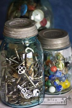 Love interesting things to fill my old mason jars with.antique marbles and buttons give lots of color. Another favorite - collecting antique keys. AND antique buttons! Bottles And Jars, Glass Jars, Objets Antiques, Shabby Chic Stil, Vintage Mason Jars, Blue Mason Jars, Old Keys, Antique Keys, Ball Jars