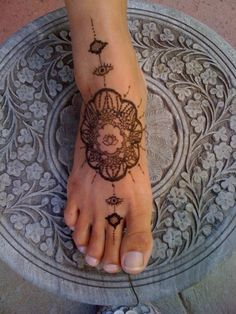 henna w lotus AND eyes! Perfect, but too.simple for my tattoo