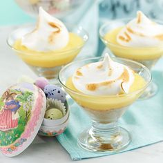 Ljuvlig liten dessert för citronmarängpajälskare och andra! Den gula färgen ger extra påskkänsla.