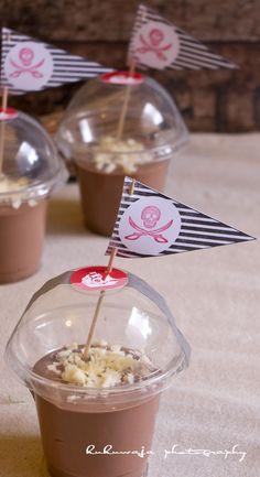 Hausgemachter Schokopudding mit weißer Raspelschokolade in Smoothie Bechern, Partyaufkleberset Piraten und XL-Kombistempel Wimpel und Motivstempeln by kukuwaja   http://de.dawanda.com/shop/kukuwaja-shop
