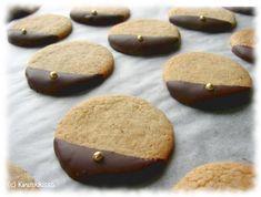 35 kpl Mausteiset suklaakeksit Taikina: 125 g voita tai margariinia 1 ½ dl sokeria 1 muna 2 ½ dl vehnäjauhoja 1 tl leivinjauhetta 1 tl vaniljasokeria 1 tl kardemummaa 1 tl kanelia Koristelu: n. 100 g tummaa suklaata kultaisia sokerihelmiä Vatkaa voi ja sokeri vaahdoksi. Lisää muna. Sekoita kuivat aineet keskenään ja lisää taikinaan muutamassa […]