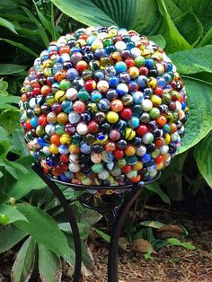 Marble Garden Globe -  DIY this with some E-6000 adhesive, an old thrift store bowling ball, marbles, and a lot of time. Bowling Ball Crafts, Bowling Ball Garden, Bowling Ball Art, Garden Balls, Diy Upcycled Art, Upcycled Garden, Unique Garden Decor, Unique Gardens, Garden Ideas