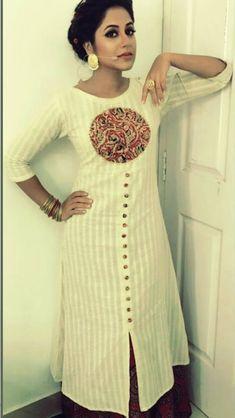 That patchwork is looking pretty good for the pattern Salwar Neck Designs, Churidar Designs, Kurta Neck Design, Kurta Designs Women, Stylish Dress Designs, Designs For Dresses, Salwar Pattern, Kurti Sleeves Design, Kurti Embroidery Design