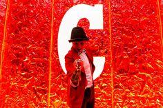 Em Humor e Circo Eventos atuamos em eventos corporativos tambem em Salvador Bahia. Na imagem Malabarista Contato com produção de figurino e maquiagem das cores da marca no evento Campari Red Experiene. Contate-nos humorecirco@gmail.com (11) 97319 0871 (21) 99709 6864 (73) 99161 9861 whatsapp. Salvador, Humor, Giant Bubbles, Costume Design, Bahia, Make Up, Colors, Artists, Corporate Events