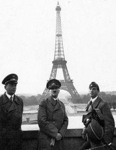 Hitler junto a la Torre Eiffel (París, 1940)    Fotografía tomada a Adolf Hitler y Albert Speer el 23 de Junio de 1940 mientras visitaban París, la ciudad recién conquistada.