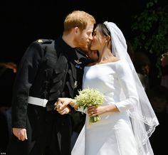 Prince Harry and Meghan Markle, our new Duchess of Sussex, shared their wedding kiss with the world — and here's how they honored the late Princess Diana. Royal Wedding Prince Harry, Harry And Meghan Wedding, Prince Harry Et Meghan, Meghan Markle Prince Harry, Princess Meghan, Princess Charlotte, Princess Beatrice, Prince Charles, Prince Henry