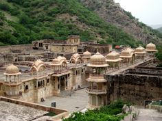 Galtaji is an ancient Hindu pilgrimage site in the town of Khania-Balaji, about 10km away from Jaipur, in the Indian state of Rajasthan. The site consists of several temples and sacred kunds (water tanks) in which pilgrims bathe. Galtaji Temple overview