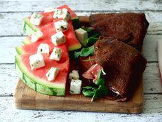 Crepes de alfarroba, presunto e rúcula com salada de melancia e queijo de cabra | SAPO Lifestyle